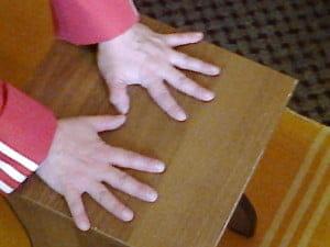 Поднимите над поверхностью стола каждый палец поочередно.